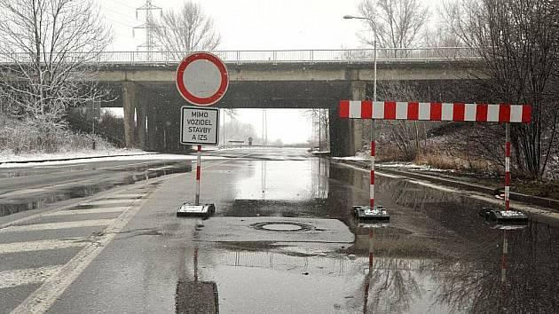 Most přes I/13 rozpůlil v 80. letech obec a je tu nezbytný. Oprava vyjde na 15 milionů.