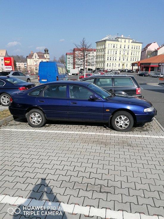 Vrak stojí už skoro dva roky na parkovišti u obchodu Billa v Aši. V centru města. Foto: Leopold Kolář