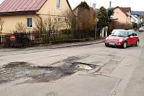 POZOR! DÍRY! Obyvatelé Tašovic se roky musí vyhýbat výtlukům na silnicích. Marně na to ale radnici upozorňují.
