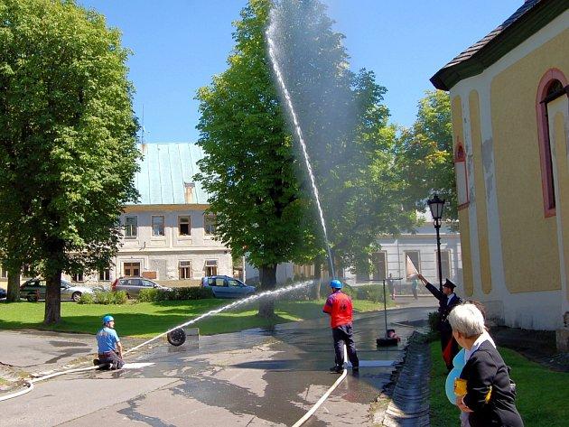 Ukázky hasičských útoků již tradičně patří na oslavy většiny měst. Ani ty v Horní Blatné nebudou výjimkou.