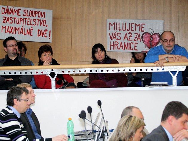Na krajské zastupitelstvo dorazili i studenti, kteří protestovali proti Václavu Sloupovi nejen plackami.