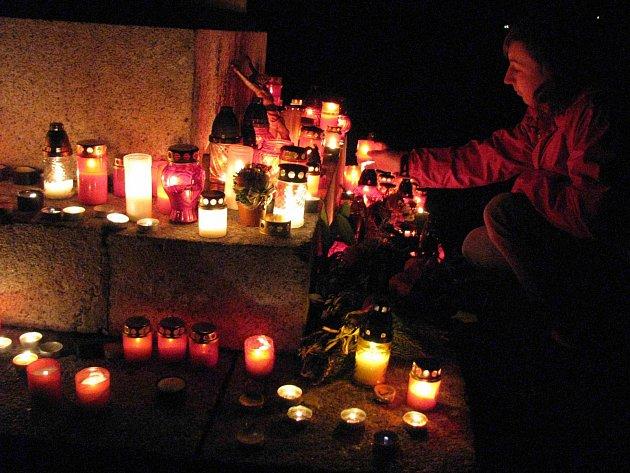 Památku zesnulých si na hřbitovech v regionu připomenuly stovky lidí.