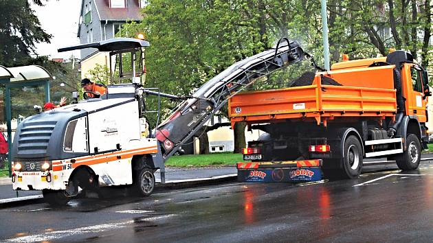 Silničáři v krajském městě zahlazují škody po zimě, oprava děr bude stát miliony korun
