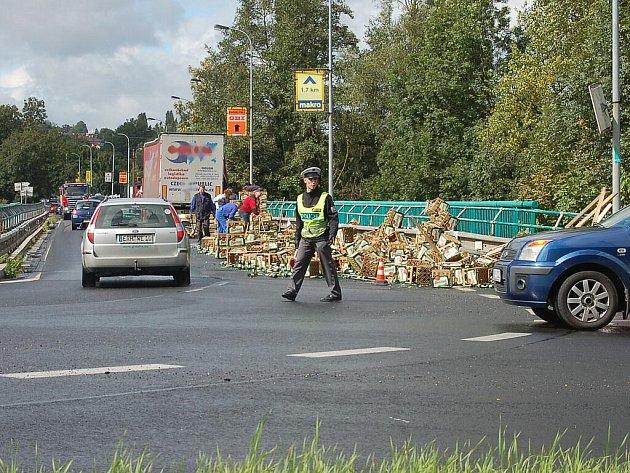Na mostě v Doubí havaroval kamion s pivem.