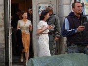 """Letci v Národním domě. Objekt v centru Karlových Varů obsadili na jeden den tvůrci amerického filmu Red Tails, který pojednává o jednotce černošských pilotů z druhé světové války. Černošští herci byli v pátek celou dobu """"na place""""."""