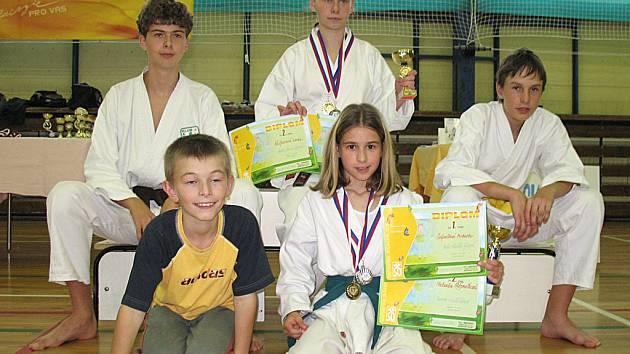 Úspěšní medailisté z Ostrova. Zleva nahoře: Jiří Hricko, Lenka Kašparová a Dan Štětina. Zleva dole: David Šaroch a Michaela Štěpničková.