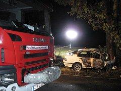 V Karlových Varech Počernách se stala v pondělí 12. července večer tragická nehoda při které uhořel řidič osobního automobilu.
