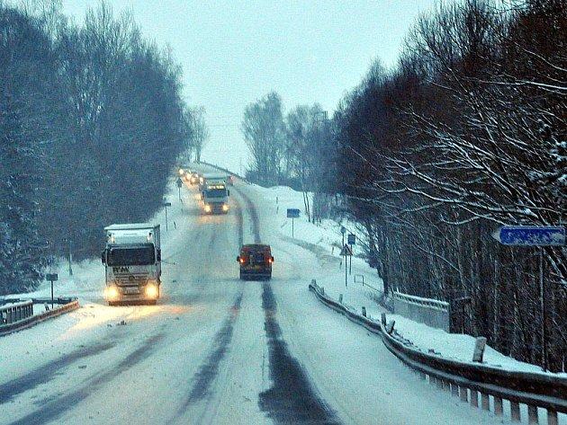 Silničářům se dařilo udržet silnice ve čtvrtek 11. února sjízdné. Řidiči musí ovšem přizpůsobit jízdu ztíženým podmínkám.