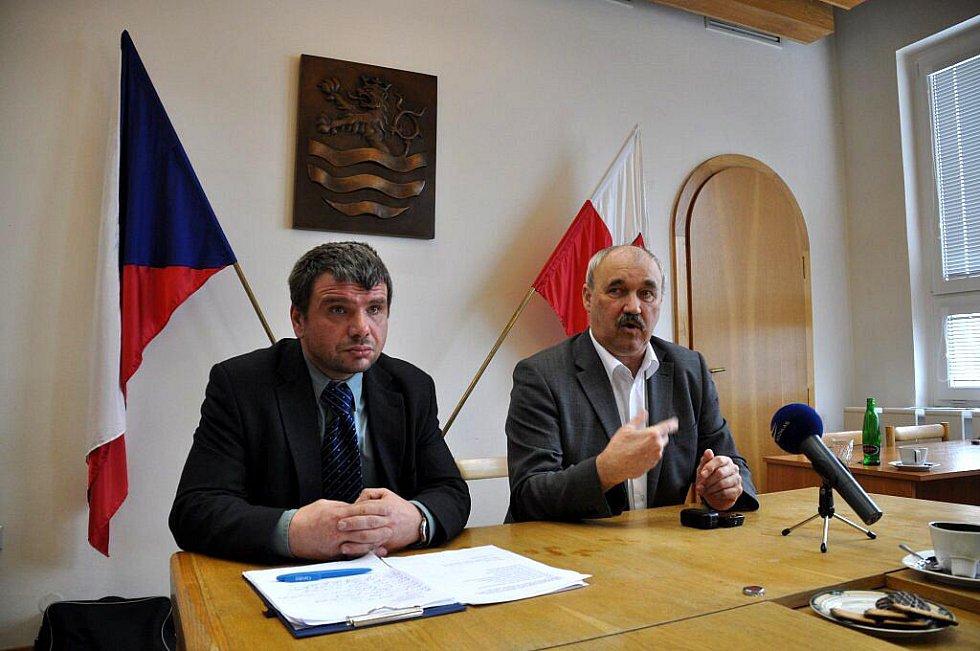 V zasedací místnosti karlovarského magistrátu se konala tisková konference věnovaná problémům ve zdravotnictví. Karel Moravec, člen ČLK a Vladimír Pavelka, náměstek ministra zdravotnictví (vpravo)