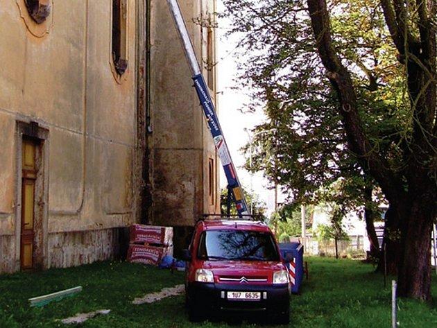 Na opravu kostela v Sedleci používáme moderní techniku.