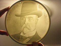Porcelánová plaketa s portrétem prezidenta T. G. Masaryka zhotovená k 10. výročí vzniku ČSR.