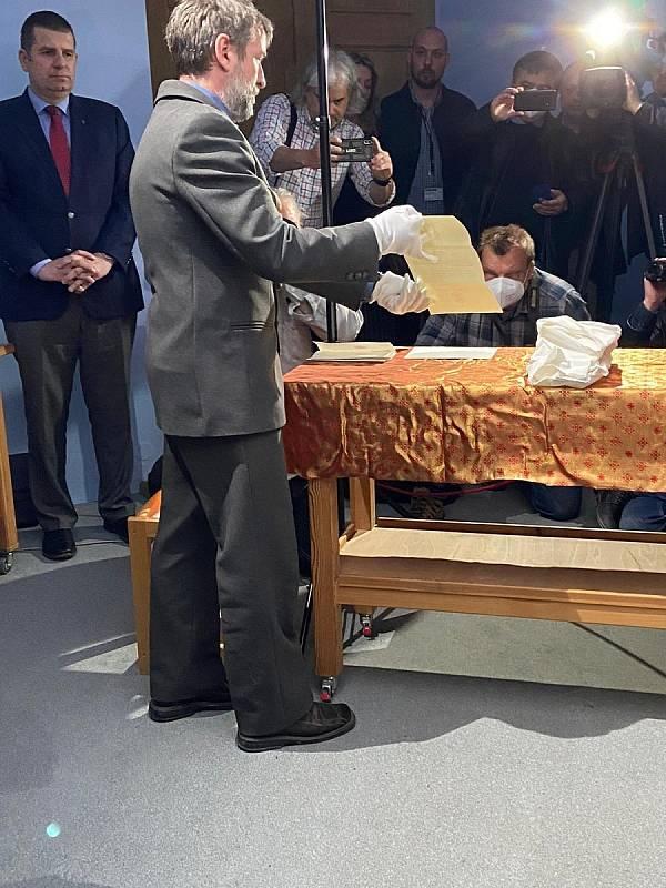 Z relikviáře sv. Maura byly poprvé vyňaty ostatky.