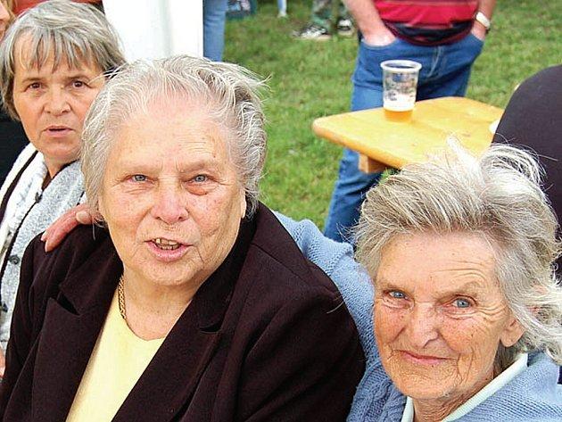Přestože je Johaně Nachlingerové (vpravo) sedmdesát pět let, Otovické slavnosti si užívala.