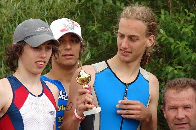 Z vítězství v závodě štafet se v Chodově radovalo trio dorostenců (zleva) Jirka Vašata,Jan Šimeček (oba Triatlet) a Jirka Chroust (Čeko Sokolov).
