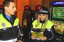 Smutný primát, co do vysokého počtu heren, drží nejen v kraji Karlovy Vary. Povolené herny alespoň kontroluje městská policie. Mezi části města s vysokou koncentrací heren patří například Sokolovská ulice v Rybářích, odkud je i náš snímek.