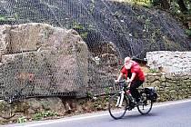 SKALNÍ MASIVY podél silnice mezi Karlovými Vary a Kyselkou jsou zajištěny proti sesuvům. Akce tohoto druhu patřila k nejrozsáhlejším, které byly v Karlovarském kraji realizované.