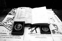 Ztracené trofeje. Diplomy a medaile, které KAPSA za deset let své existence získala na prestižních divadelních přehlídkách, na výstavě ke 30. výročí premiéry Posviťme si na sebe v roce 1990 ve Zlatém klíči. Kde jim je dneska konec?