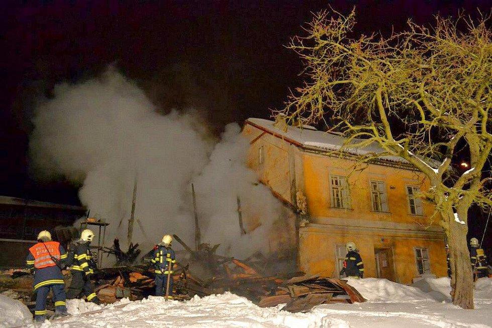 V noci z úterý na středu 29. prosince zničil oheň zcela dům u nádraží v Nové Roli na Karlovarsku.