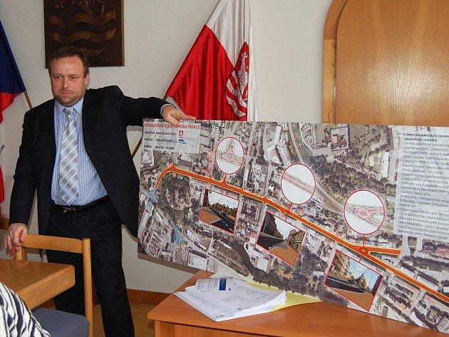 Náměstek Petr Keřka představil na včerejší tiskové konferenci budoucí podobu Sokolovské ulice. V Rybářích se začne pracovat v polovině příštího roku.