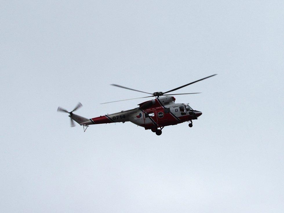 Na heliportu karlovarské nemocnice přistál armádní Sokol.