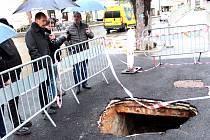 Karlovy Vary čeká ozdravná kúra. Během příštího týdne se musí stihnout opravit i tento propadlý chodník.
