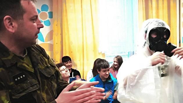ELITNÍ VOJÁCI zaujali školáky nejenom vyprávěním, ale připravili pro ně i praktické ukázky.