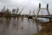 Ohře se v sobotu 15. ledna postupně uklidňovala, i když se stále držela na třetím povodňovém stupni. Voda zatopila zahrádky, sklepy, ale v Tašovicích i domy. Přestože na vyčíslení škod je zatím brzy, budou velké.