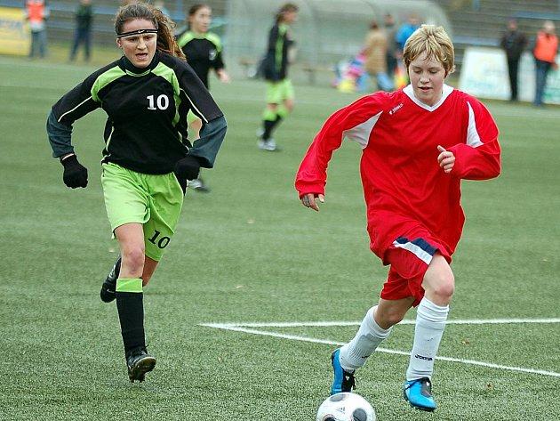 V posledním devátém kole podzimní části druhé fotbalové ligy žen hráčky karlovarského 1. FC (v červeném) na domácí půdě zklamaly, když podlehly Hradištku 0:1