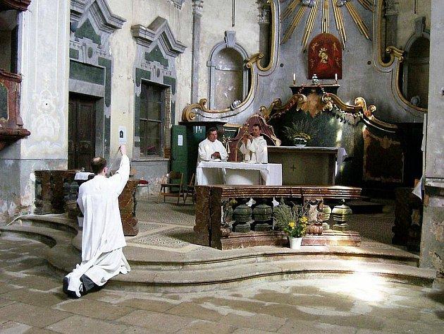 Poutní místo. Kostel Nanebevzetí Panny Marie se už podařilo zachránit před zkázou, která mu hrozila. Do jeho úplné obnovy ale stále chybí udělat spoustu práce