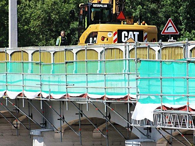Stavební práce na hrázi dočasně komplikují dopravu.