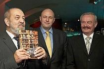 Velkou knihu o whisky Vladimíra Kulhánka pokřtili Přemysl Sobotka a Tomáš Julínek.
