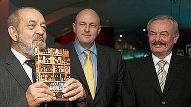VŠE O WHISKY. Velkou knihu o whisky Vladimíra Kulhánka pokřtili Přemysl Sobotka a Tomáš Julínek.