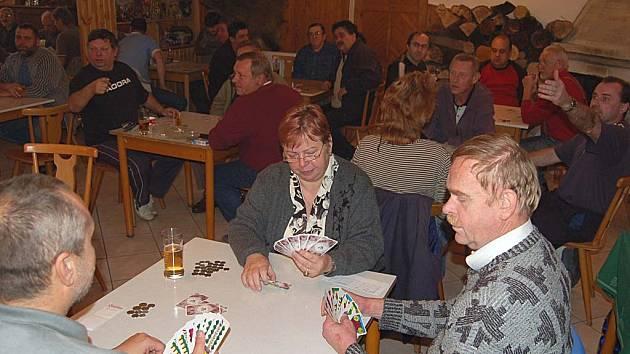 Kouzlo karet. Relaxace i soutěž. To je pro karbaníky mariáš. Do  Radošova jich tato hra přilákala více než padesát.