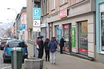 Před pobočkami dvou internetových obchodů, které jsou na karlovarské Sokolovské ulici, se tvoří velké fronty. Snímek ale pochází z doby, kdy tu nebyl takový nápor. Lidé tu běžné stávají i půlhodinu, než jsou obslouženi.