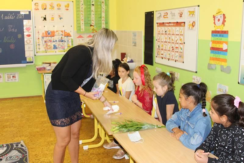 Začátek školního roku děti ze ZŠ Dukelských hrdinů zvládly i s povinným testováním. Nikdo z nich nebyl pozitivní.
