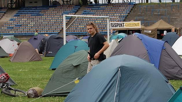 Mnoho mladých lidí, kteří plánovali nocleh ve stanovém městečku na stadionu AC Start v Tuhnicích, raději přespává u přátel, v hostelích či penzionech a ubytovnách nebo se na noc vracejí domů.