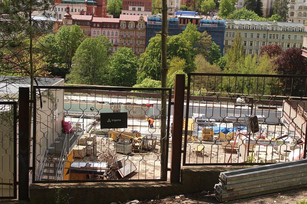Na stavbě nového venkovního bazénu se intenzivně pracuje.