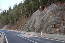 Síť, která zabraňuje u březovské přehrady pádu kamení na silnici, v sobotu dopoledne povolila. Lokalitu čeká oprava.