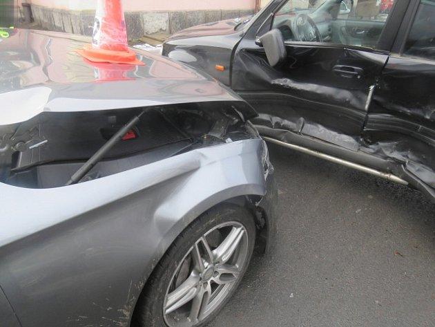 Při nehodě u nádraží v Nejdku se zranili dva lidé.
