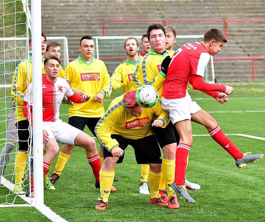 Souboj rezerv ovládla karlovarská Slavia, která porazila Březovou B (ve žlutém) 5:0.