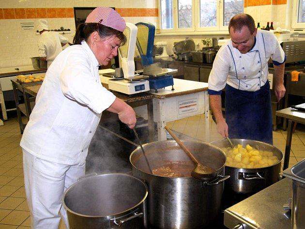 I přes vyšší nezaměstnanost je stále poptávka po kuchařích nebo servírkách.