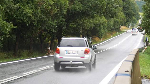HLAVNÍ TEPNA spojující Karlovarský kraj s Ústeckým má alespoň na jednom z úseků nový asfalt. Od 1. července tu probíhala její rekonstrukce.