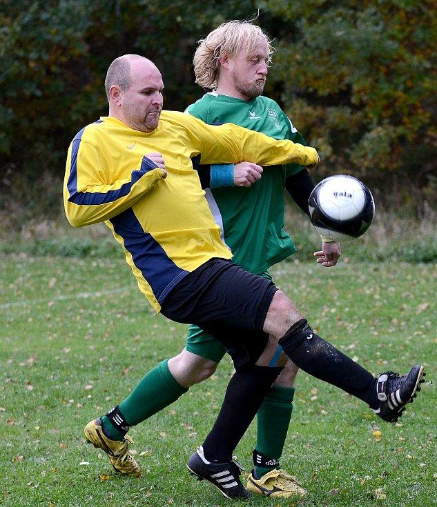 Fotbalisté Pily (ve žlutém) dosáhli na desátou výhru, když pokořili Sedlec (v zeleném) 4:3.