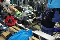 Policisté kontrolují tržnici v Potůčkách.