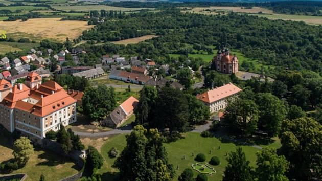 Obec Valeč.