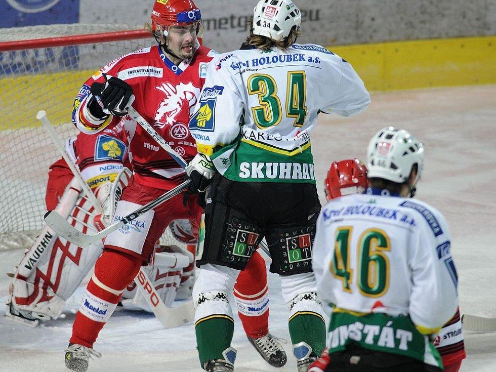 Moravec bojuje se Skuhravým před Vojtovou brankou.