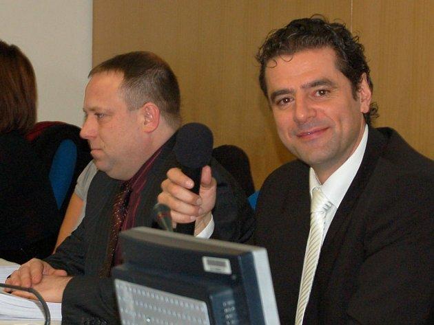 Primátor Werner Hauptmann (vpravo) říká, že koalice dokumenty v kauze Doubová nefalšuje.