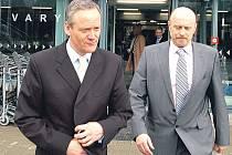 Ministr na letišti. Jedním z míst, které včera ministr pro místní rozvoj Cyril Svoboda (vlevo) v doprovodu hejtmana Josefa Novotného navštívil, bylo karlovarské letiště.