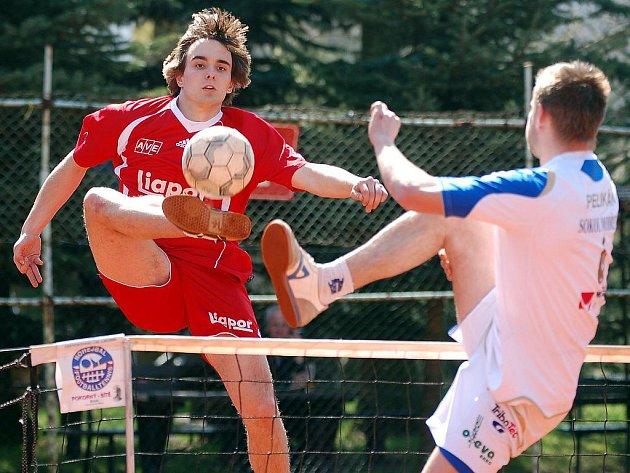 Ani napodruhé na domácí půdě v novém ročníku nohejbalové extraligy hráči SK Liapor Witte Karlovy Vary (v červeném) neuspěli, když tentokrát podlehli úřadujícím mistrům ze Sokola Modřice 4:6.