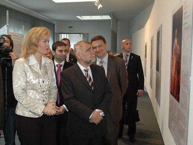 """Setkání šlechty se účastnil i prezident Stjepan Mesic, který přišel na slavnostní zahájení výstavy """"Slavní u nás""""."""